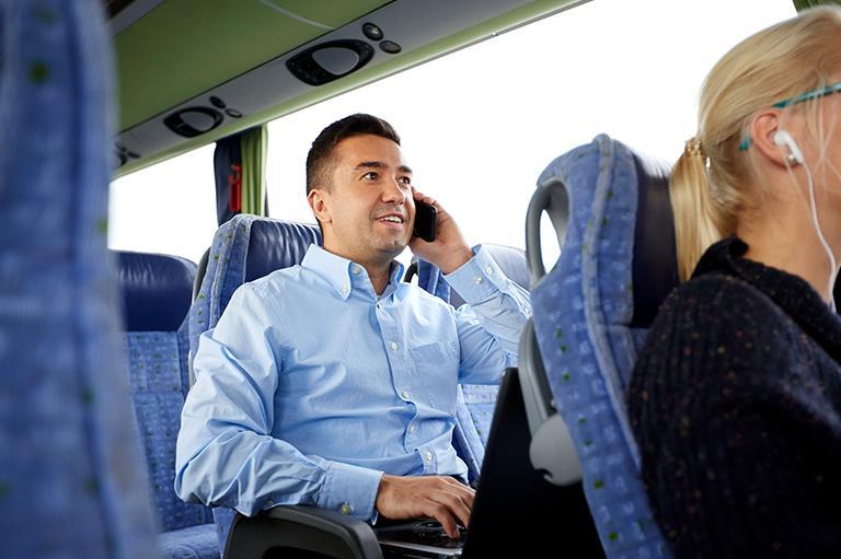 Kontakt - Mężczyzna rozmawiający przez telefon